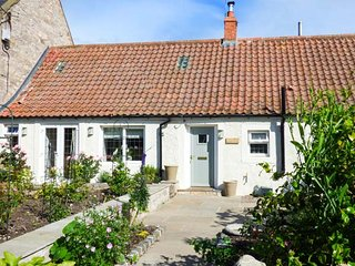 ROSE COTTAGE, oil fire, private enclosed garden, pet-friendly, WiFi, Lowick, Ref 938431