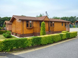 PINE LODGE, single-storey, mult-fuel stove, Jacuzzi bath, patio, Pocklington