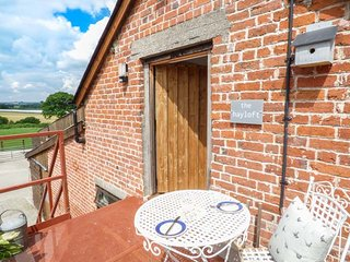HAYLOFT, pet-friendly, on working farm, lots of walking and cycling opportunities, Lyonshall, Ref 940499