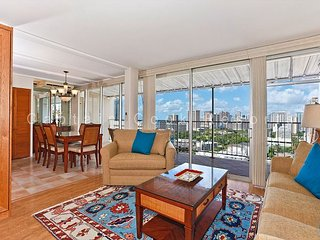 Ocean view extra large one-bedroom with washlets, WiFi, AC, parking, sleeps 6, Honolulu