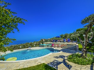 Amazing private Villa Marika, large private pool, garden, balcony, free parking