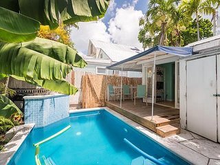 Poolside Retreat- Cute Home w/ Parking a Half Block from Duval w/ Shared Pool, Cayo Hueso (Key West)