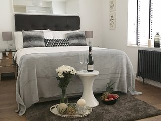LUXURY!! MOST CENTRALl! NEW! 2BED/2BATH COVENT GARDEN, 3 min to subway station, Londra