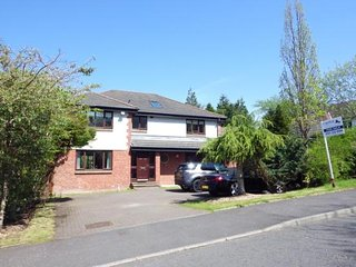 Sherbrooke Gardens - detached home, private garden, Glasgow