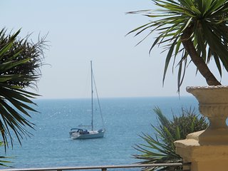 NEWLY LISTED luxurious beach front apartment, Ventnor