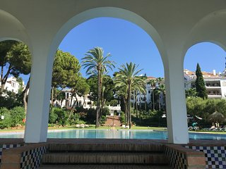 Golden Mile Modern Apartment in an Amazing Domain!, Marbella