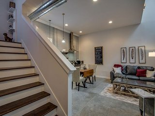 Luxury Loft - Downtown, Private Rooftop, Free Parking, blocks 2 Honky Tonks!