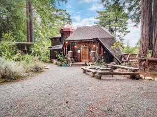 Whimsical, unique cottage  - unplug & get away from it all!