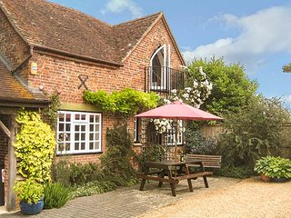 THE COACH HOUSE, detached, WiFi, woodburner, private garden, in West Grimstead