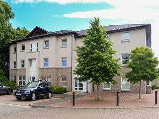 16 BISHOP'S PARK, ground floor apartment, close to river, with parking and WiFi, in Inverness, Ref 939004