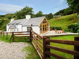 PEN Y BONT, detached character cottage, WiFi, woodburning stove, pet-friendly, Llangollen, Ref 939502