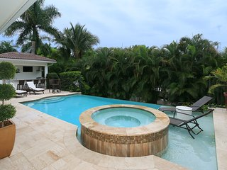 Resort Lifestyle Home - Walk to 5th Avenue, Naples