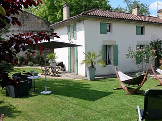 Olive Tree Cottage. Walk to pizzeria Free bike hire. Close to St Emilion.