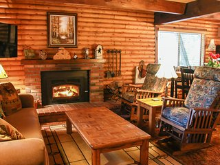 LOG CABIN ~ Quiet Clean & Cozy ~ Walk to Trails, 3 Min to Town, Updated!