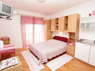 Room with ensuite bathroom, kitchenette and AC, Podgora