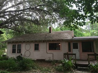 3-bedroom furnished home with hardwood floors, Gainesville