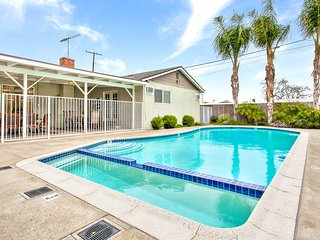 Sunshine Getaway!  5 Bedrooms! Pool + Wifi!, Anaheim