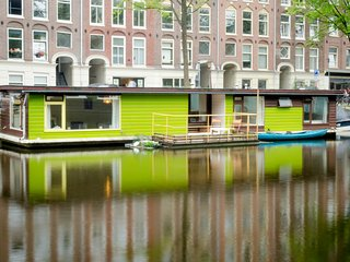 Romantic Oud West Canal 2 BR Houseboat, Ámsterdam