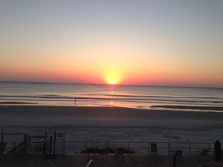 Lovely Oceanfront 2/2 Condo-Family Friendly-Sleeps 9-Car Free Beach, Daytona Beach