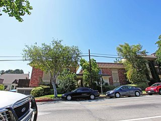 Furnished 2-Bedroom Townhouse at Alameda Ave & S 6th St Glendale
