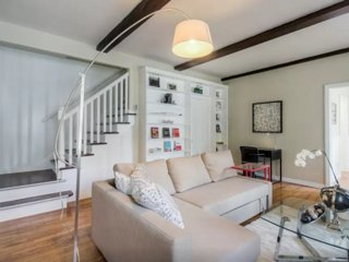 Light and Bright 2 Bedroom, 2 Bathroom Apartment in Beverly Hills