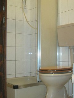 H(3+2): bathroom with toilet