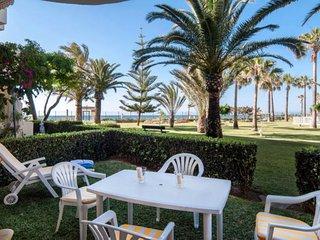 Elegante apartamento junto a la playa con piscina.