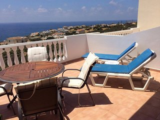 Quiet apartment with terrace and stunning views, Peyia