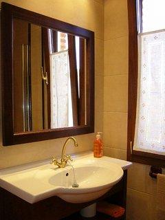 Baño de habitación principal, con ducha con columna de chorros.