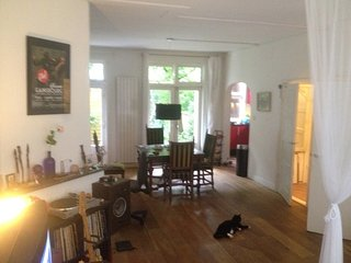 Nice and Quite apartment with garden & cat!, Ámsterdam
