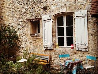 Petite cour privée du gîte côté vilage