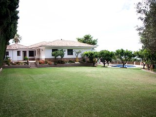Villa Mi Rincón. Jardín, piscina y pista de tenis, Mijas