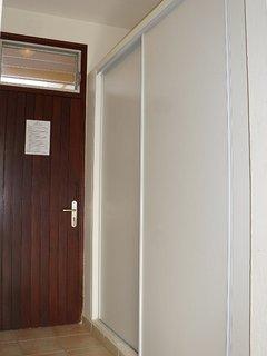 Résidence Macabou - Entrée de l'appartement avec grand placard