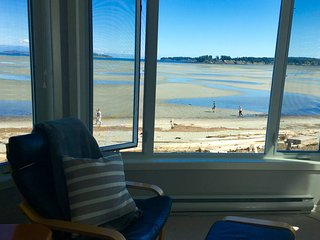 TRULY BEACHFRONT - 180 degree unobstructed views, Parksville