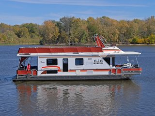 Ever wanted to stay on a houseboat on the Mississippi River?, Lansing