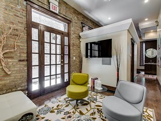 Sleek Chicago Studio Suite in Phenomenal Location!