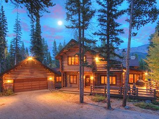 6,000 Square-Foot Log Rustic Retreat-Peaceful Setting-Pool Table and Hot Tub