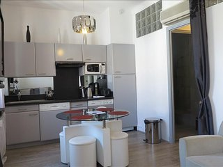 Stylish and Modern 1 Bedroom Apartment Rue Florian