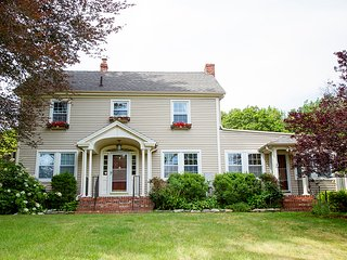Charming New England Colonial - Sleeps 14 + Event Room