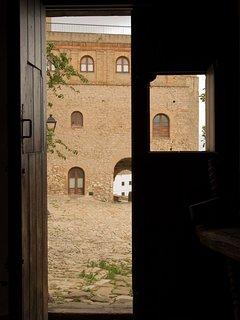 Casa dentro de la fortaleza medieval Castellar de la Frontera, Cadiz. Antigua Posada SXIII