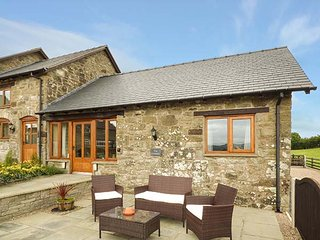 THE GRANARY, romantic retreat, open plan living area, WiFi, near Llanfair Caerei