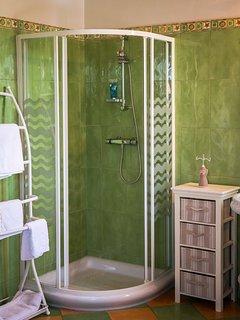 La Muscadelle tout confort : douche, wc, vasque et miroir ...