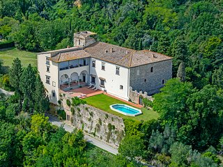 Buondelmonti, castle in the heart of the Chianti area. Up to 20 persons, pool!