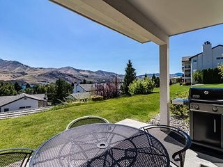 Perfect ground-floor condo near Lake Chelan w/ shared pool & hot tub