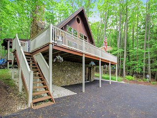 Chalet with Private Dock & Central Location, Laurel Lake