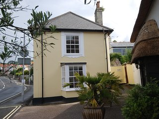Pretty character cottage close to beach sleeps 4, Lyme Regis