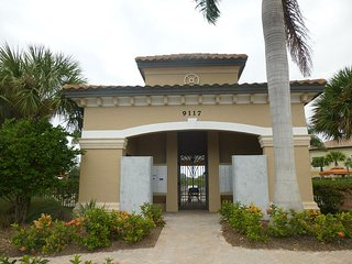 Luxury condo in upscale location - Golf Included, Napels