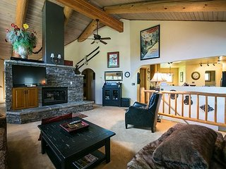 Chalet-Style Duplex With Showpiece Fireplace, Stellar View, Private Hot Tub