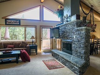 Big 3BR w/ Showpiece Fireplace, Stellar View & Private Hot Tub – Near Slopes