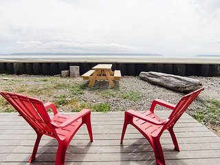 Beachside Cottage on Camano Island - Sweeping Mountain Views